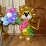 фигура из шариков львенок с букетом цветов