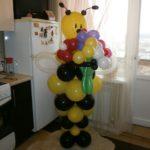фигура из воздушных шаров пчела с букетом цветов, 350грн/шт.