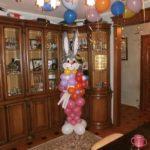 фигура из воздушных шаров розовый заяц с букетом цветов