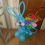 фигура из шариков синий зайчик с цветами