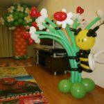 украшение комнаты шарами на детский праздник, дерево с цветами, букет цветов с пчелкой