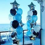 охапка шаров надутых гелием с фольгой внутри, голубые, черные, серебряные звездочки из фольги